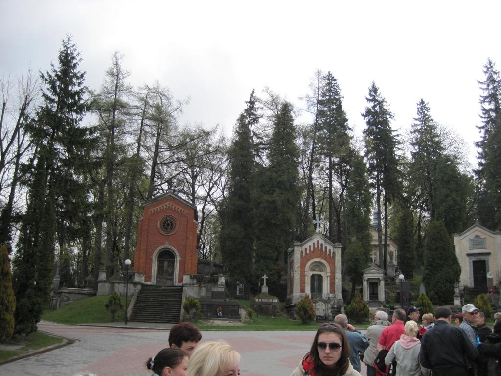 При вході до Личаківського цвинтарю