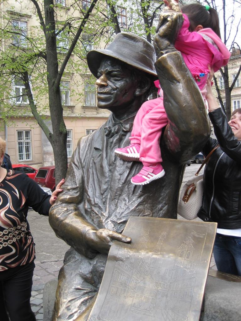 Пам'ятник художнику Никифорові Дровняку